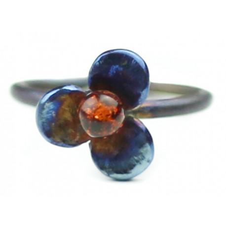 Titano žiedas su gintaru